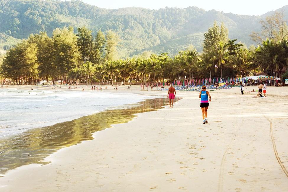 Kamala Beach är cirka 2 km lång och passar utmärkt för en promenad.