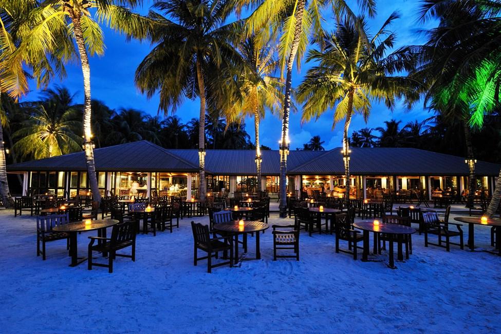 Mysig kvällsstämning i hotellets strandbar