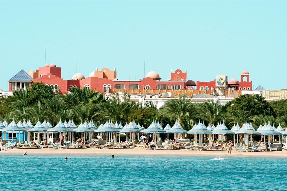 Stranden vid systerhotellet Grand Hotel