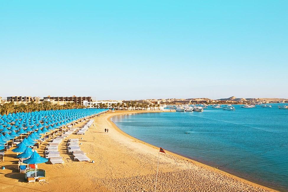 Fria solstolar på stranden vid systerhotellet Grand Hotel, ca 150 meter från Grand Resort