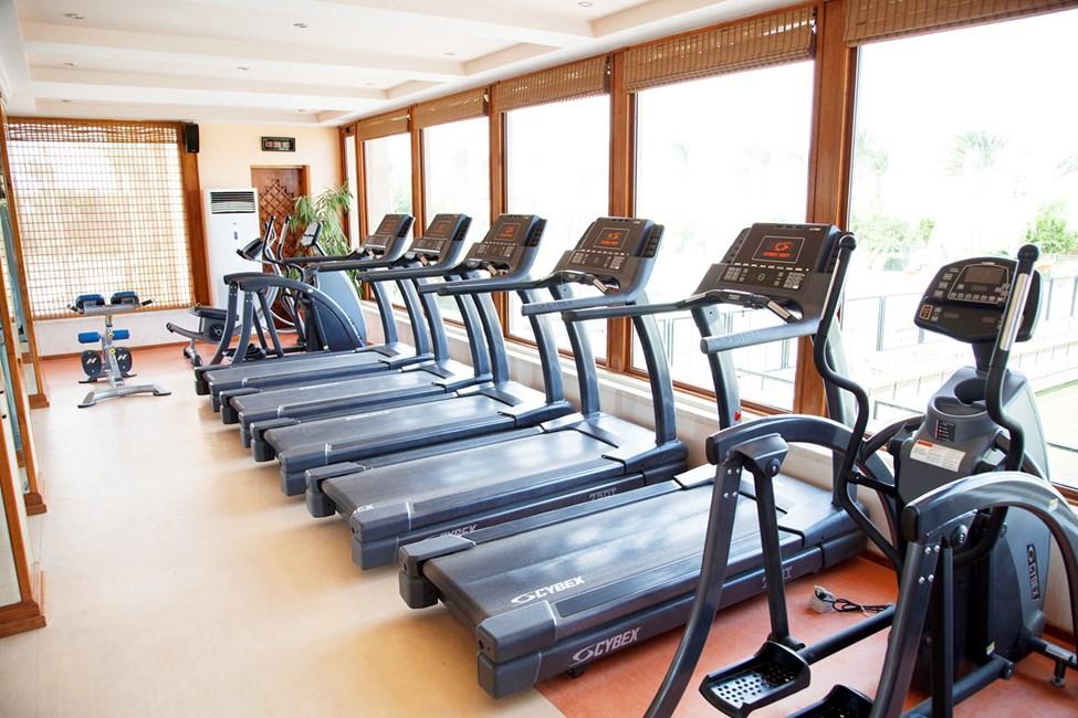 Gymmet i sportcentrat utanför hotellet