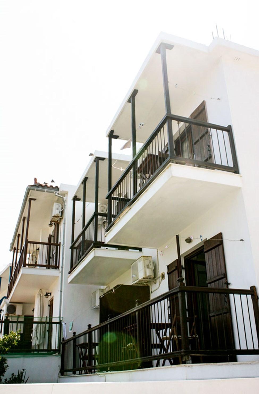Balkong till enrumslägenhet med begränsad havsutsikt (nederst) / havsutsikt (överst)