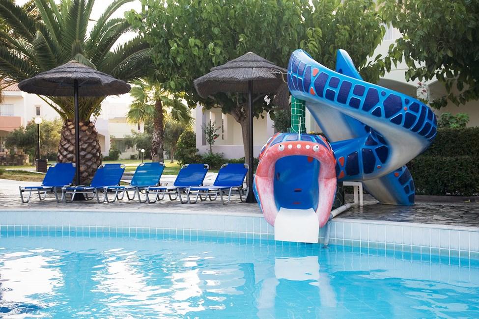 Barnpool med liten vattenrutchkana i anslutning till poolen med piratskepp