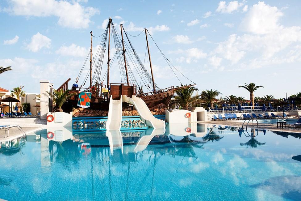 Barnpool med piratskepp och små vattenrutchbanor