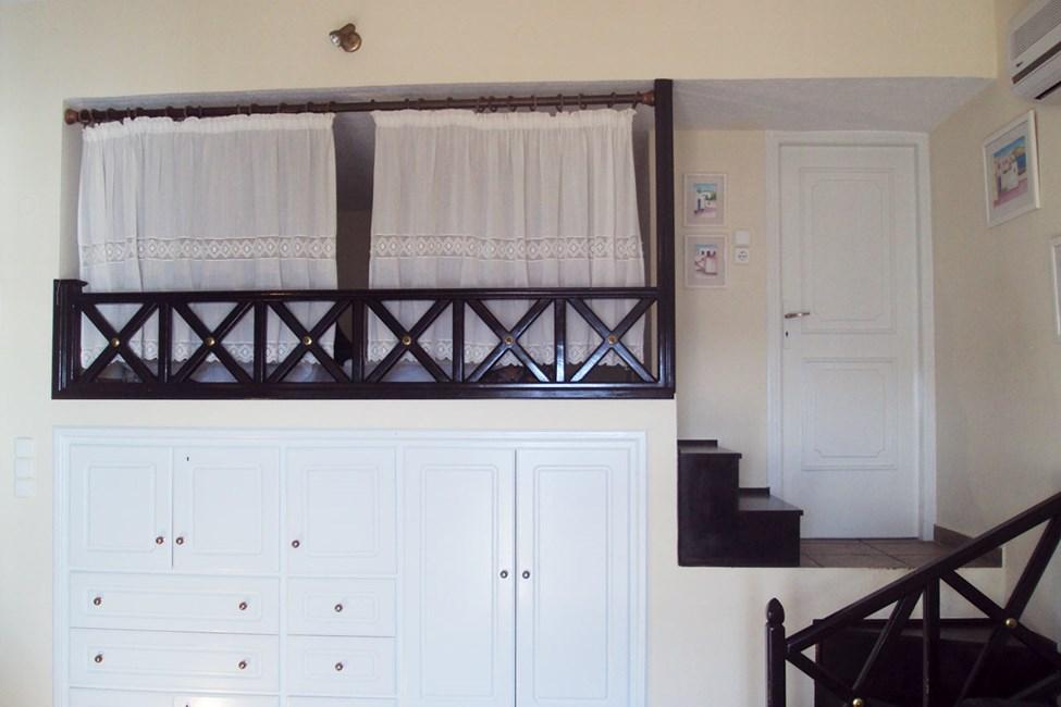 Tvårumslägenhet med extrabädd bakom gardinerna.