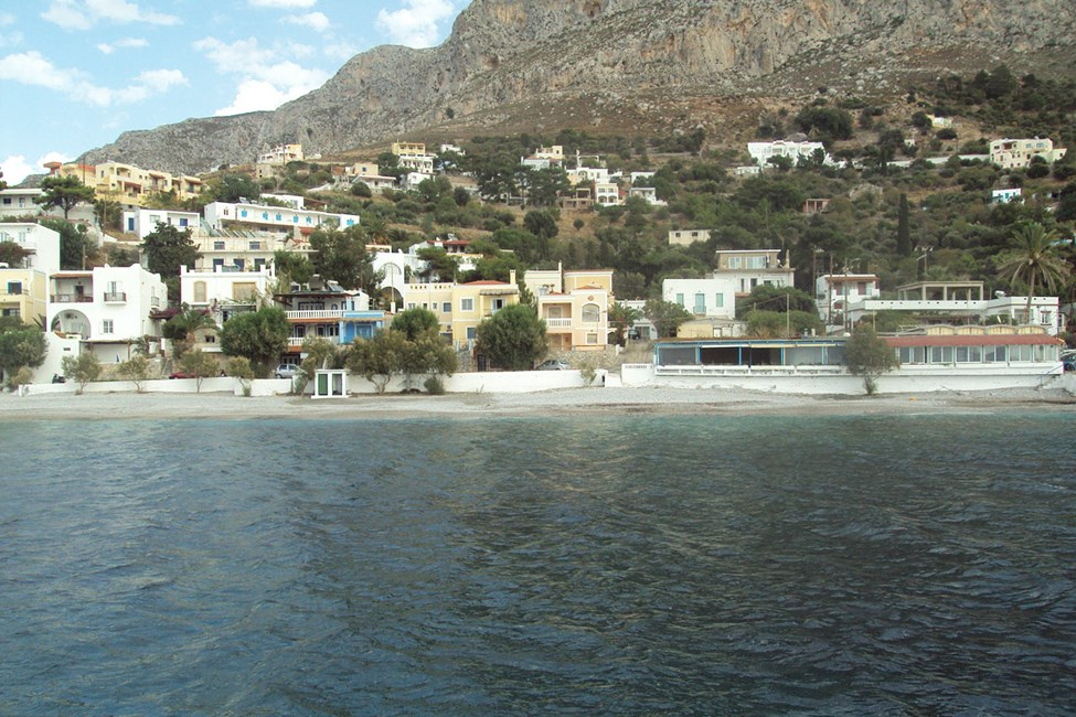 Hotellet (gul fasad) från havssidan
