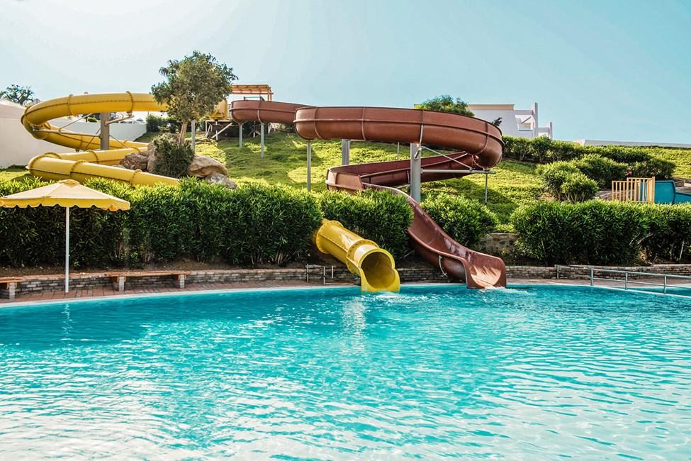 Poolen med vattenrutschbanor är gemensam för fyra Mitsis-hotell