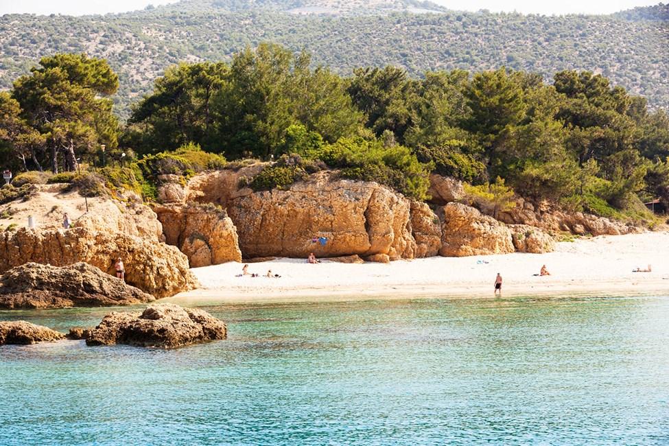 På stranden nedanför hotellet kan du hitta en avskild del för solbad