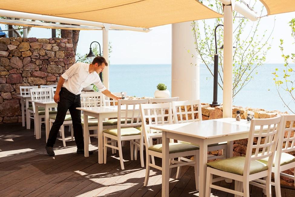 I tavernan finns grekiska- och andra medelhavsspecialiteter på lunchmenyn