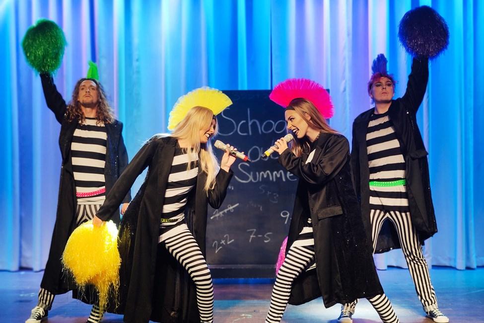 De flesta kvällar i veckan bjuder Vings showteam på professionella scenshower.