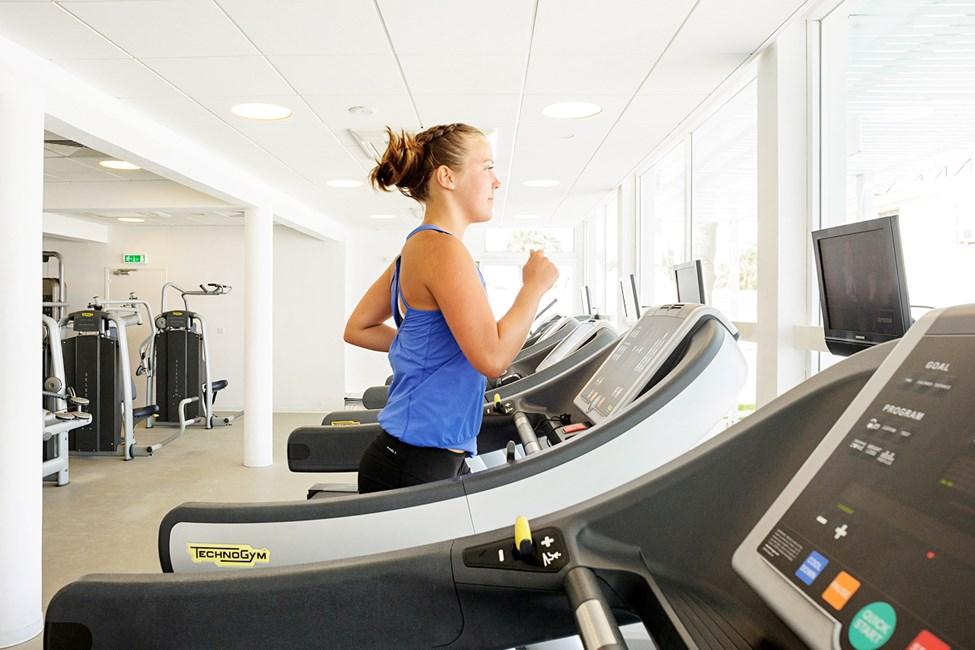 I vårt gym kan du träna både med maskiner och fria vikter.