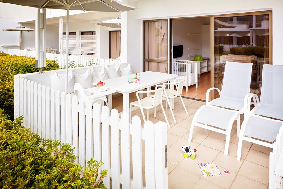 Enrumslägenhet Happy Baby, terrass mot trädgården.