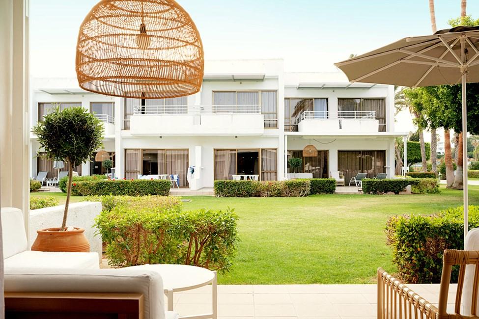 Tvårumslägenhet Royal Lounge Suite, terrass mot trädgården.