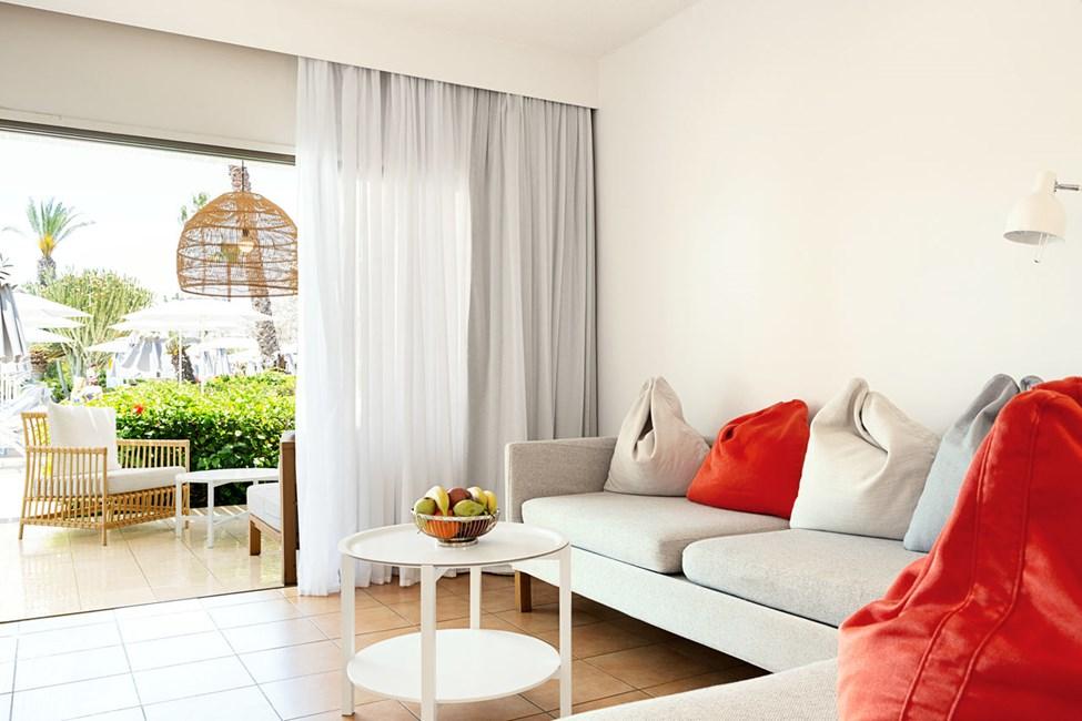 Tvårumslägenhet Royal Lounge Suite, terrass mot poolområdet.