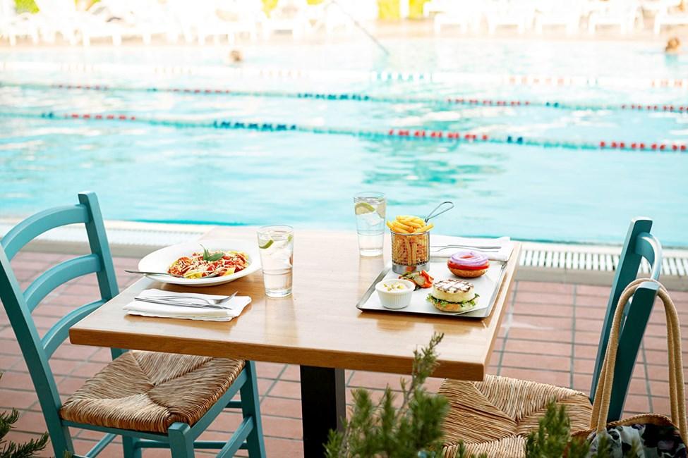 Andrea´s Kitchen har fin utsikt över poolområdet.