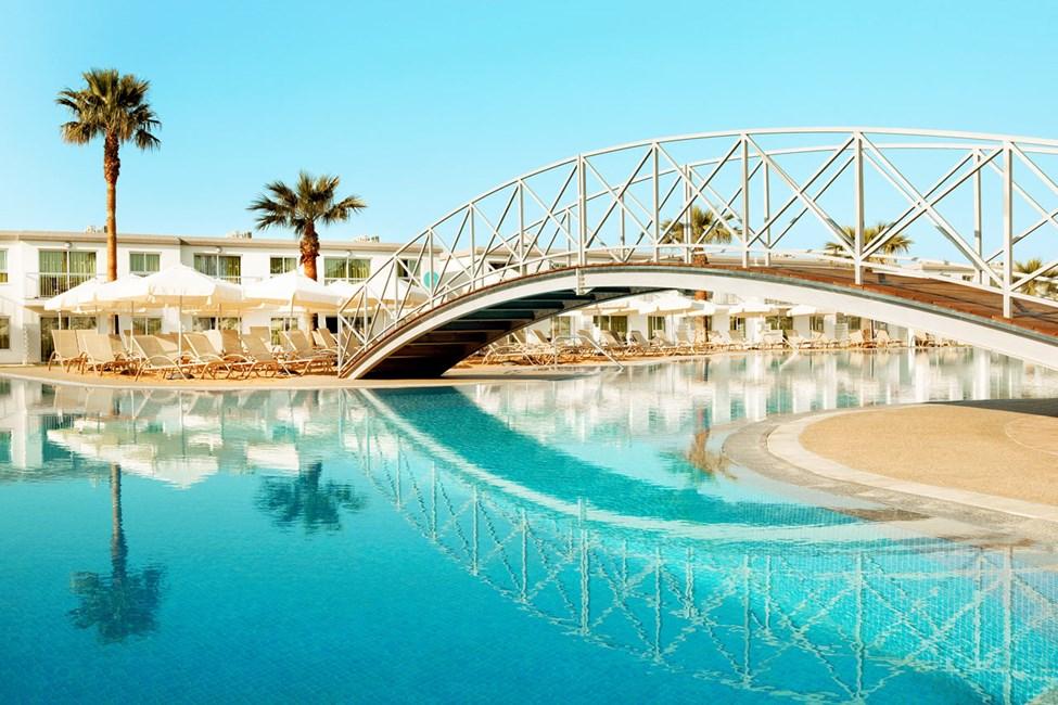 Stor, härlig pool och gott om solstolar.