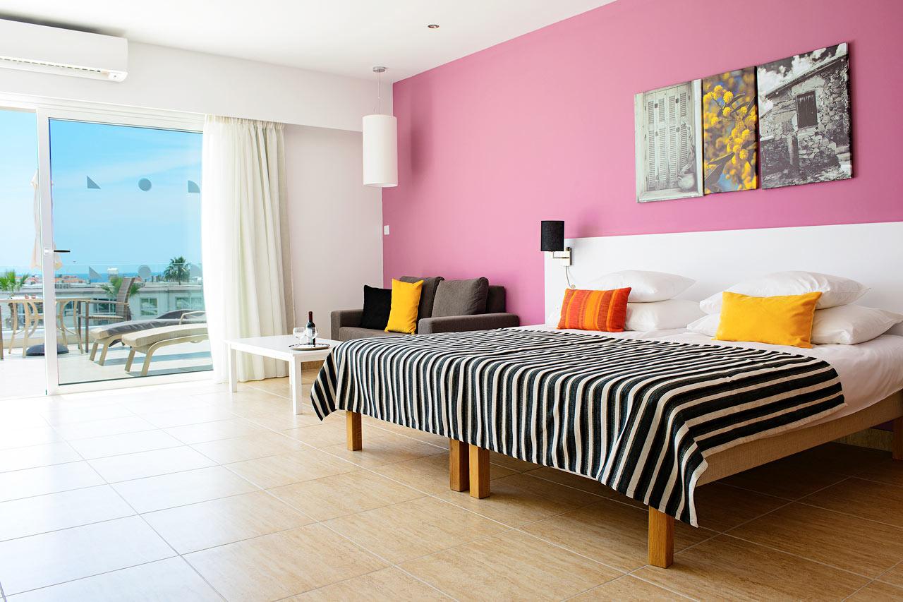 Classic Suite med stor balkong mot poolområdet