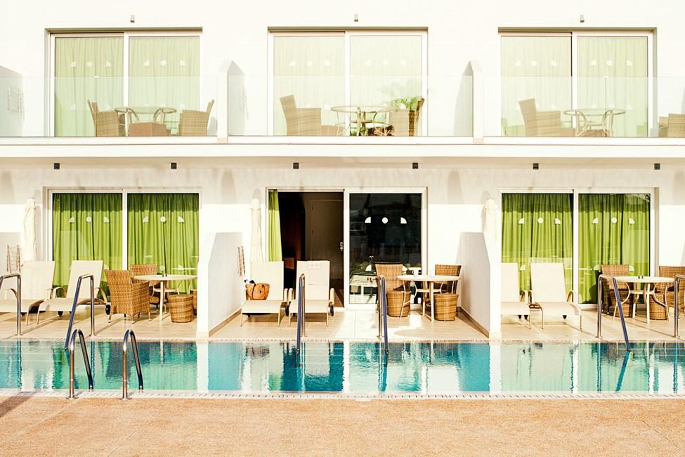 Prime Pool Suite 1 rum, terrass med access till privat, delad pool.