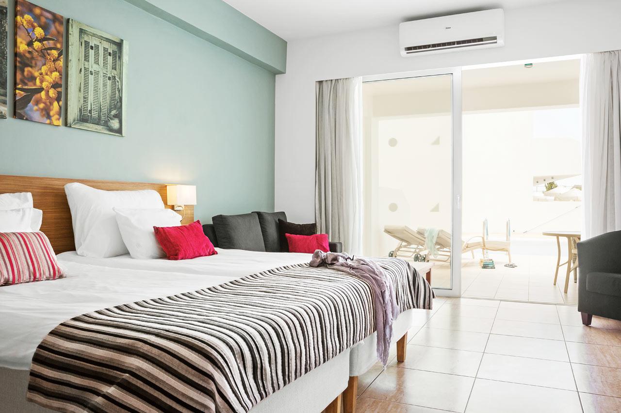 Prime Pool Suite 1 rum, stor terrass med access till privat, delad pool.
