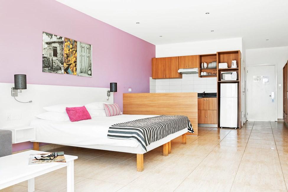Prime Rooftop Suite 1 rum, stor balkong mot poolområdet.