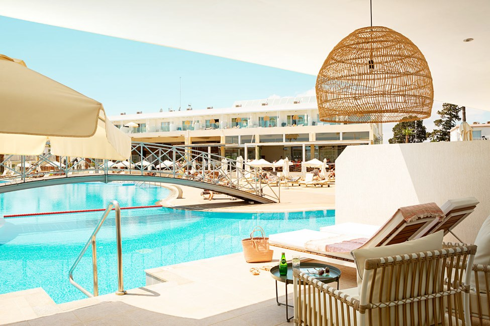 Prime Pool Suite 2 rum, terrass med direkt poolaccess till hotellets pool