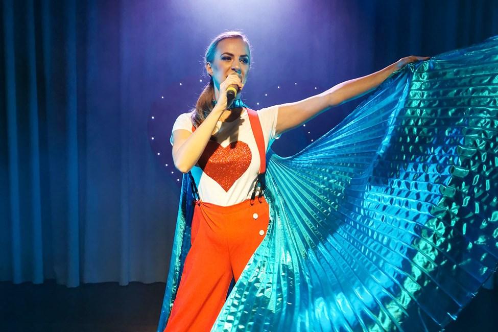 Flera kvällar i veckan bjuder Sunwing Sandy Bay Beach showteam på professionella scenshower.