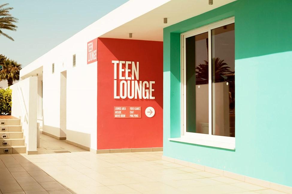 Till Teen Lounge på Sunwing Sandy Bay Beach kan alla ungdomar komma som vill ta en paus från sol, bad, föräldrar och småbarn.