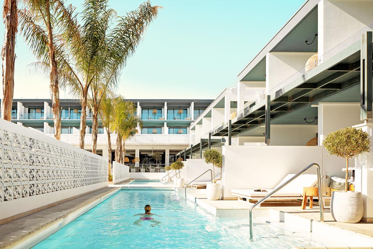 Hoppa direkt ner ner i poolen från din terrass.