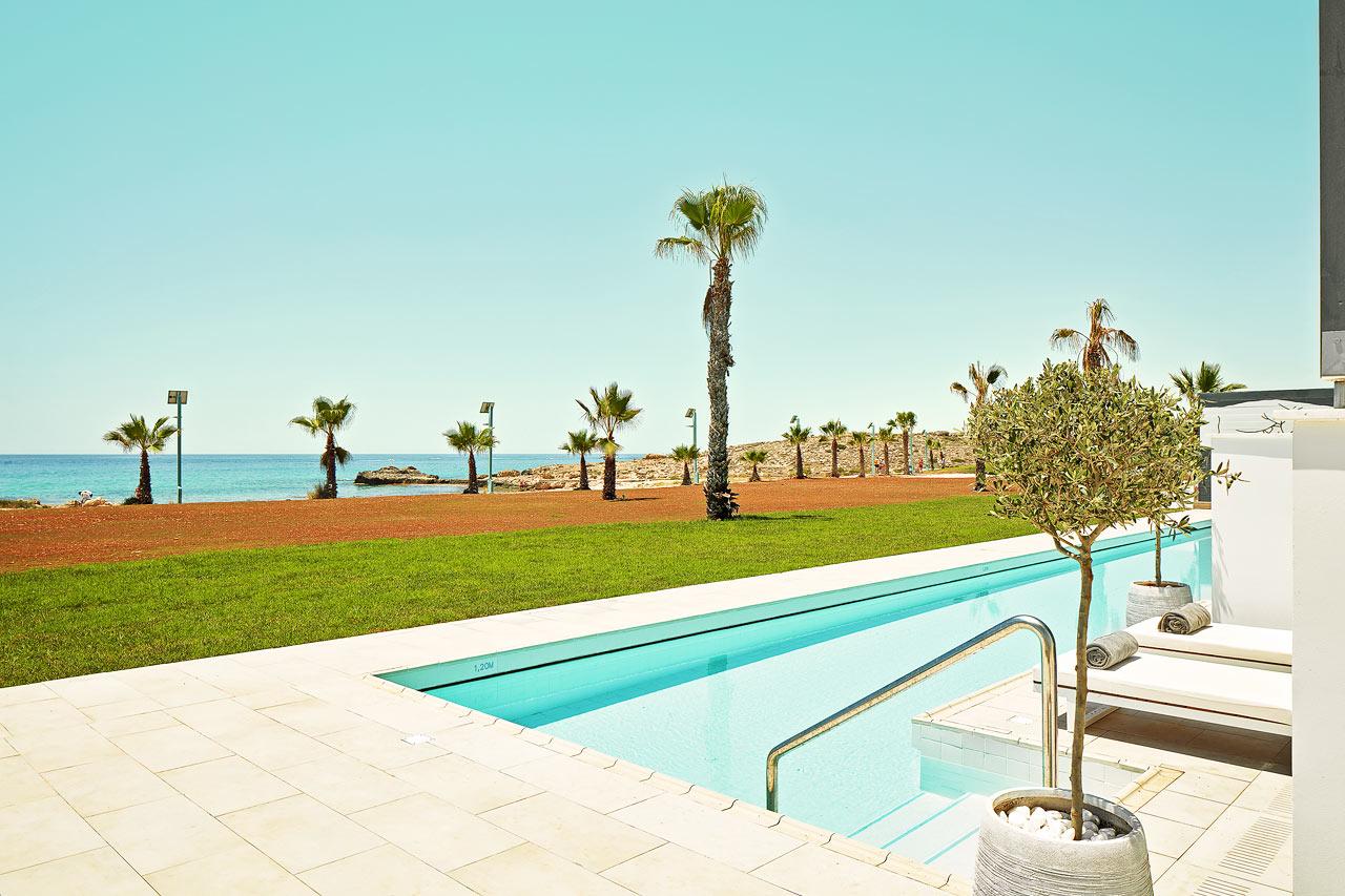 2-rums CLUB SUITE, terrass mot havet med access till privat, delad pool.