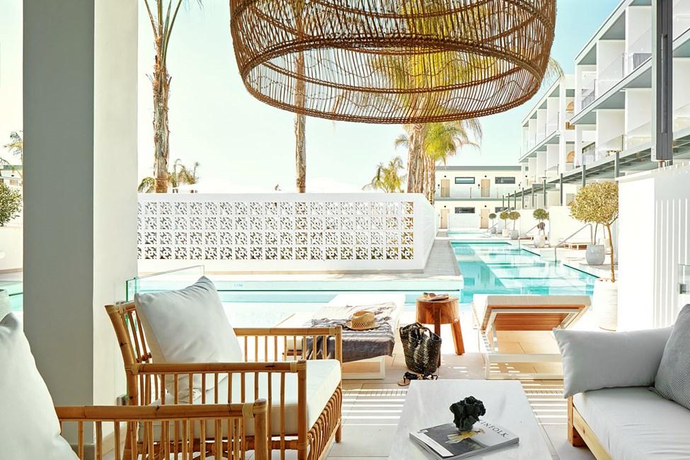 2-rums CLUB SUITE större, terrass mot poolområdet med access till privat, delad pool.