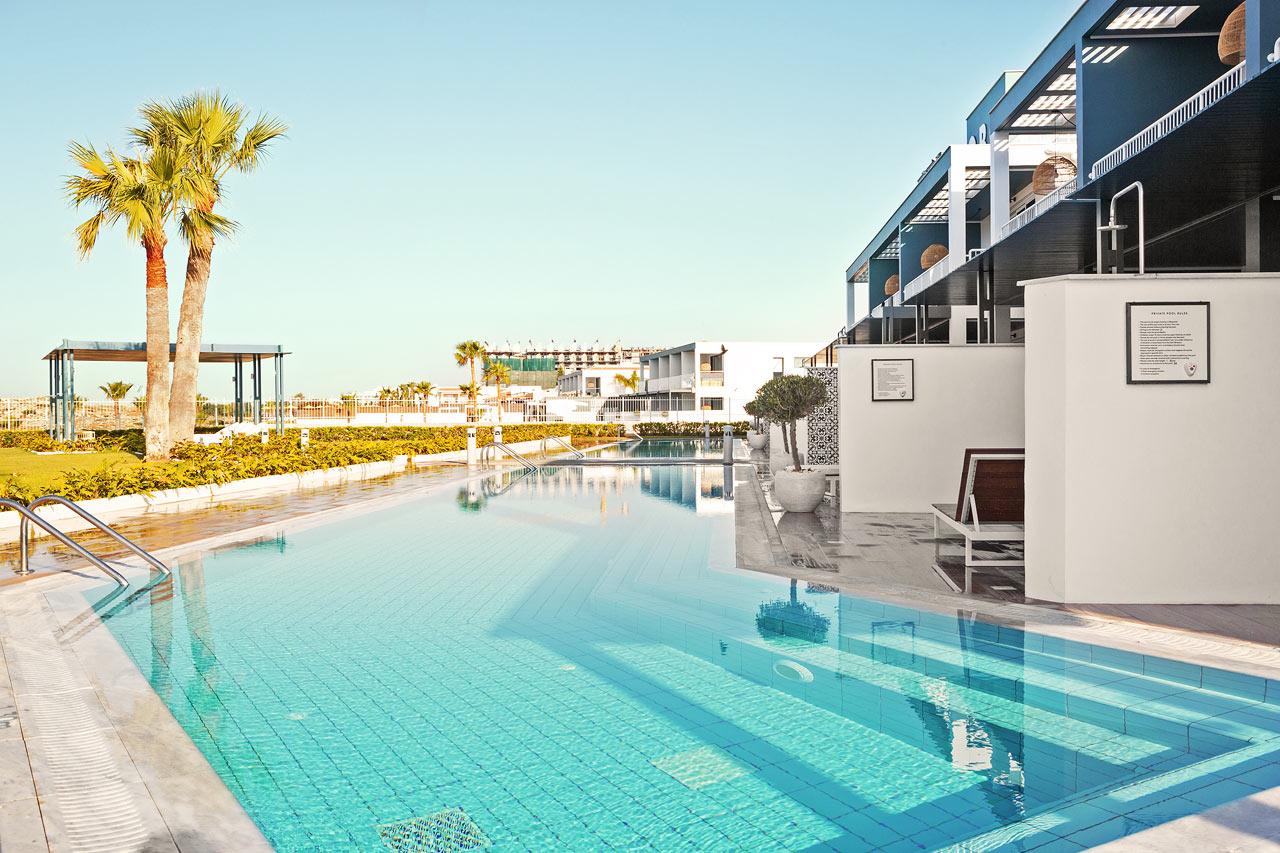 2-rums CLUB POOL SUITE, stor terrass mot havet med direkt access till privat, delad pool.