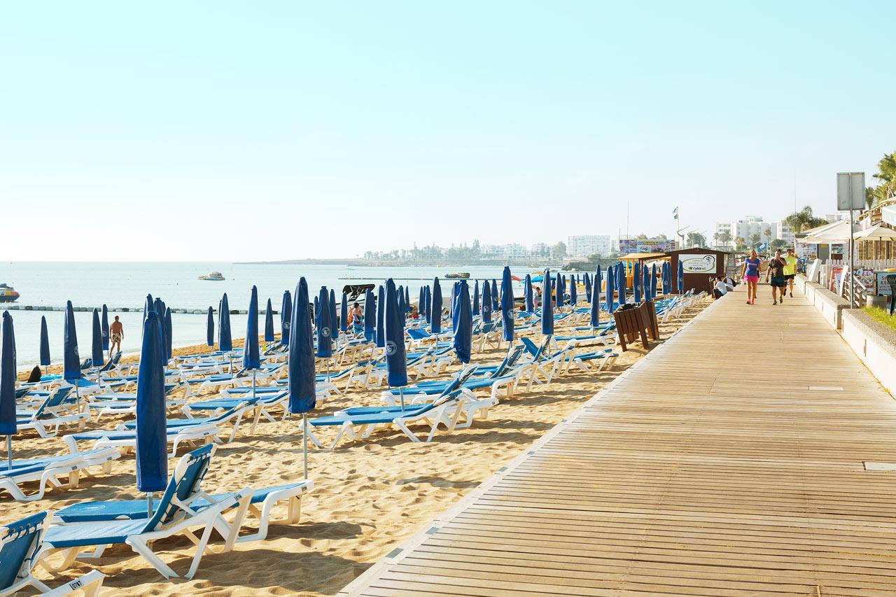 Strandpromenaden utanför hotellet är 3 km lång. Perfekt för en joggingtur eller en skön promenad.