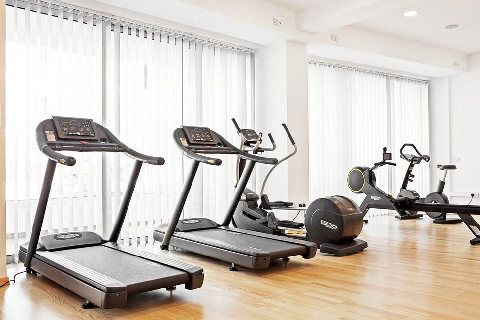 I hotellets gym finns både träningsmaskiner och fria vikter