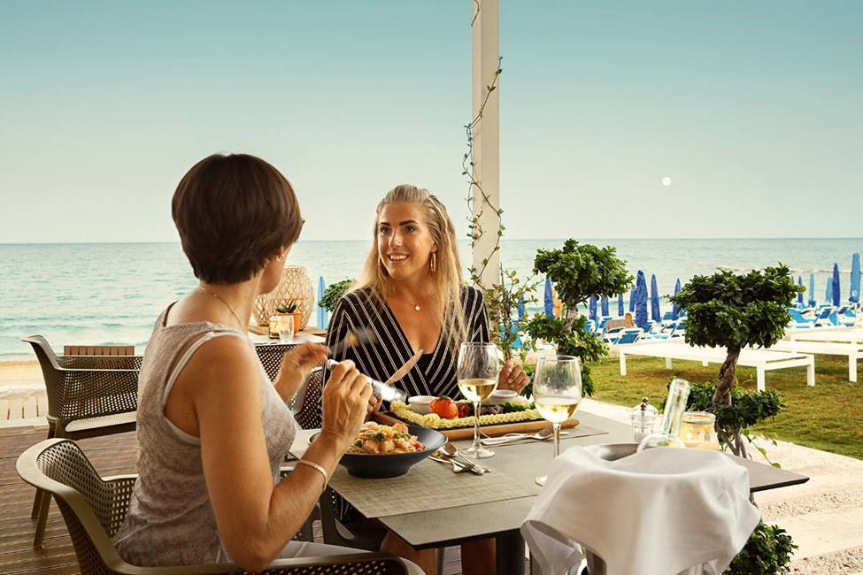 Restaurang vid stranden som erbjuder enastående utsikt över havet