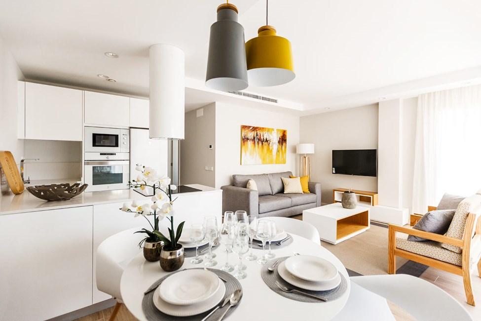 Exempel på vardagsrum och pentry i lägenheterna