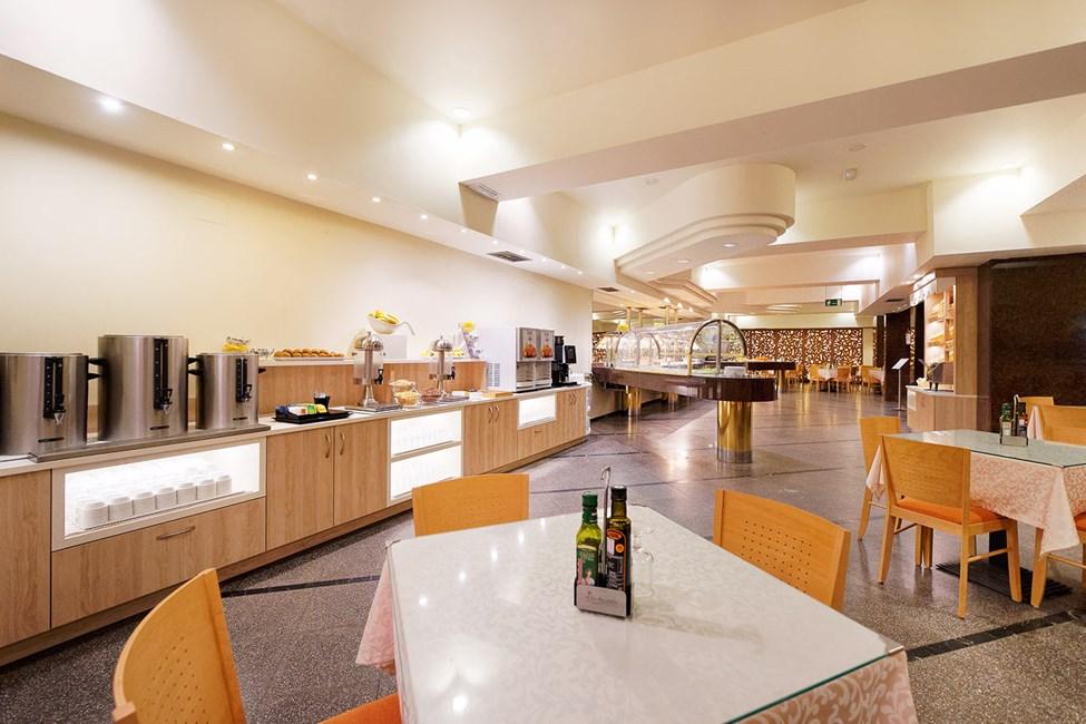Astorias bufférestaurang erbjuder frukost, lunch och middag