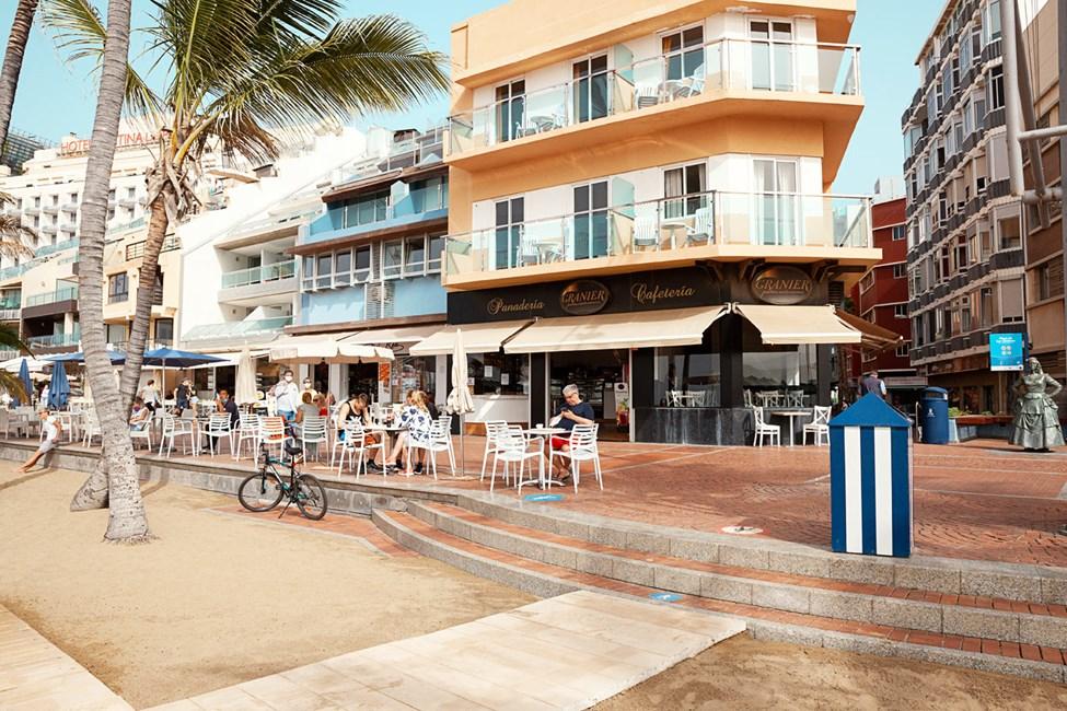 Strandpromenaden ligger precis utanför hotellet