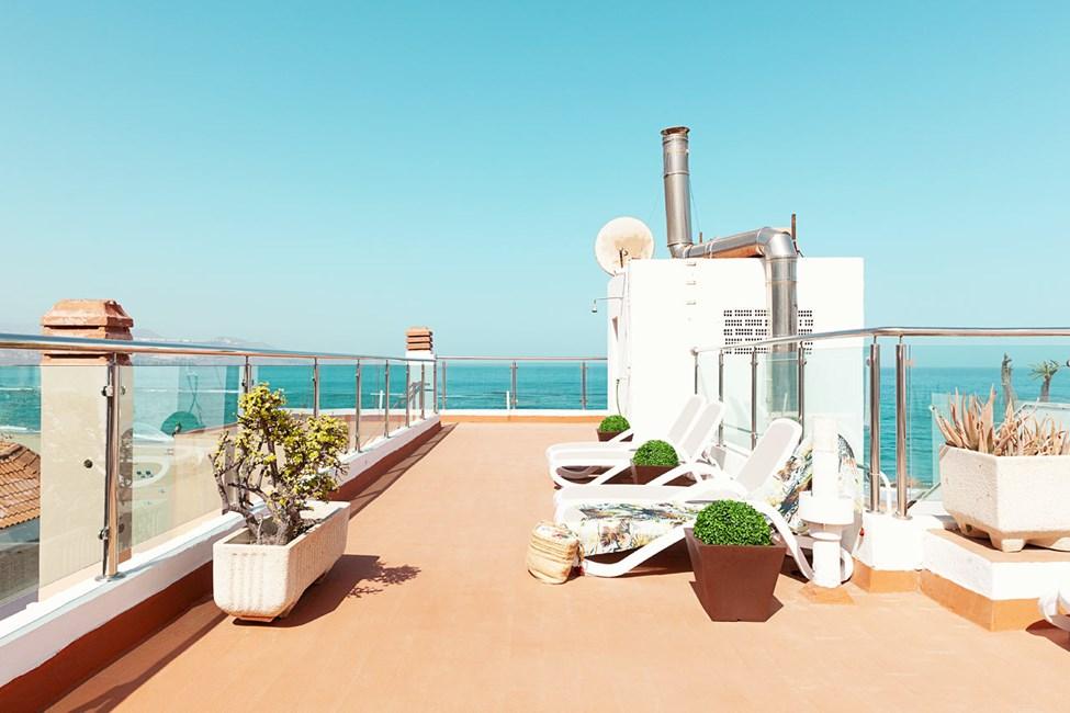 Hotellets solterass med utsikt över havet