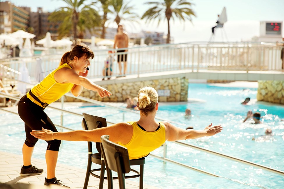 Lämna solstolen för en stund och delta på vårat populära pass vattengymnastik