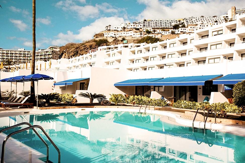 Den mindre poolen som är reserverad för gäster i lägenheter med högre standard