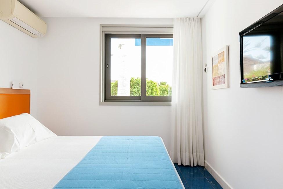 Ett av sovrummen i trerumslägenhet i bungalow med högre standard