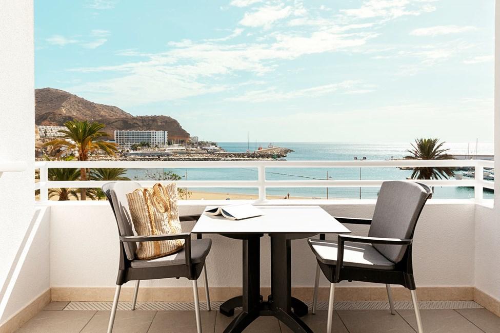 Trerumslägenhet med balkong och havsutsikt
