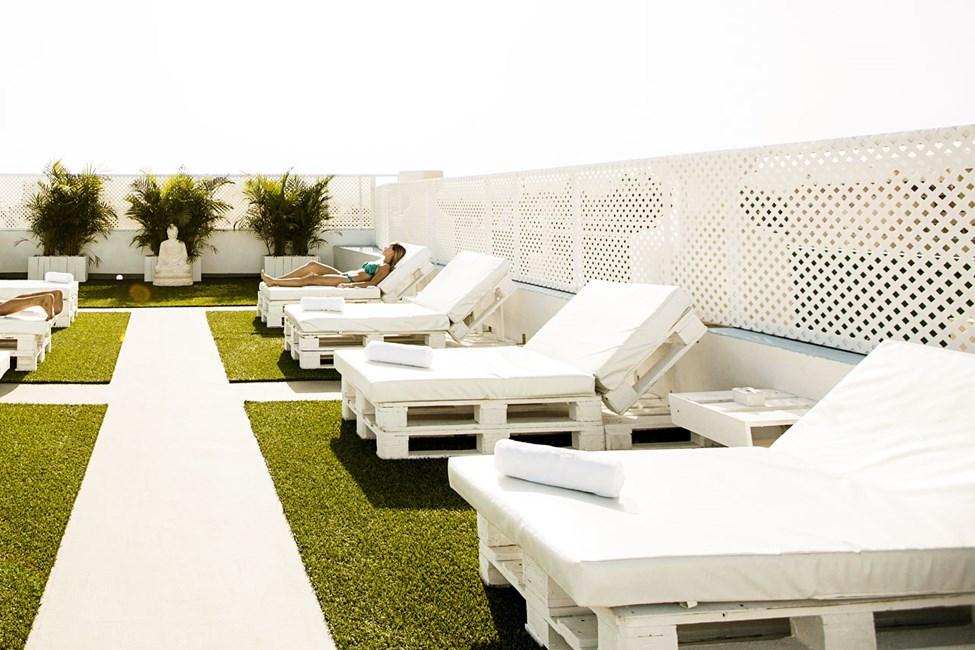 På taket finns en solterrass för nudister