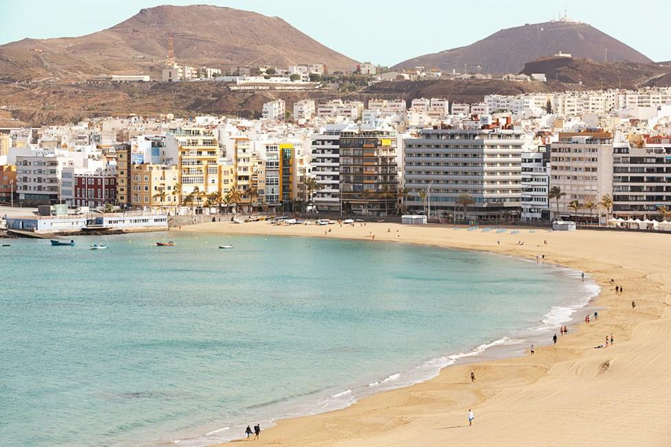 Från poolområdet har du fin utsikt över Las Palmas och stranden.