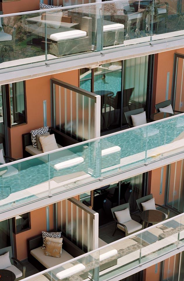 På balkongen finns bekväma möbler