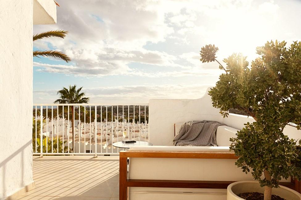 Våra fina Prime Lounge Suites har en stor balkong med utemöbler och solsängar