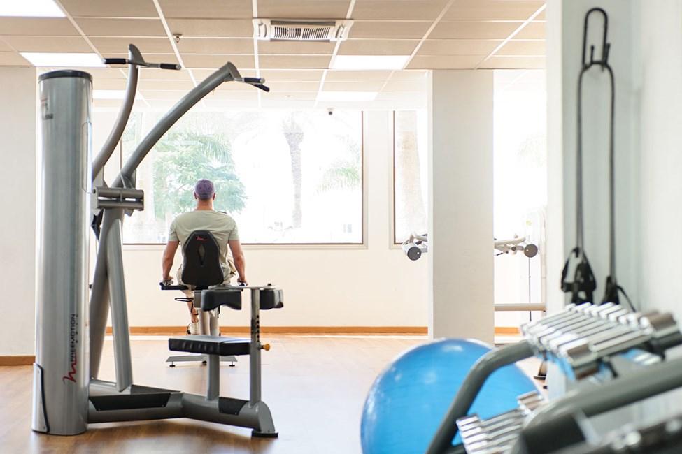 Styrketräna på egen hand i hotellets luftkonditionerade gym