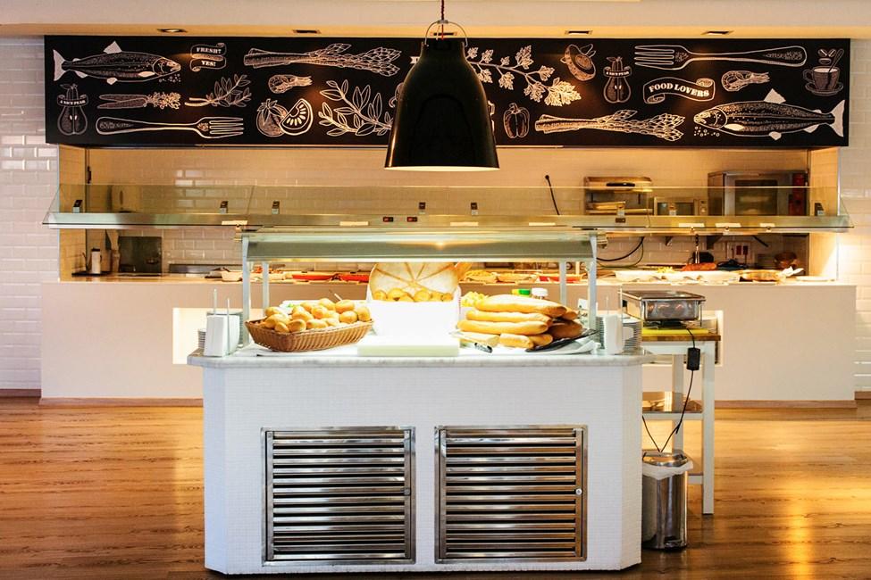 Köp till hotellets populära frukostbuffé eller prisvärda måltidspaket för en extra bekväm semester.