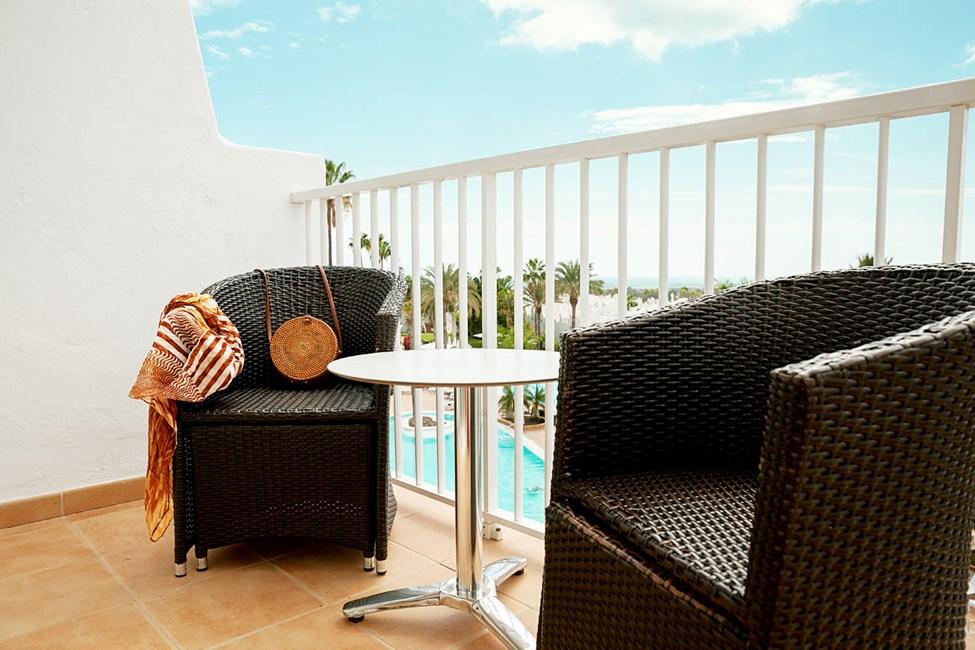 Junior Suite med balkong mot poolområdet