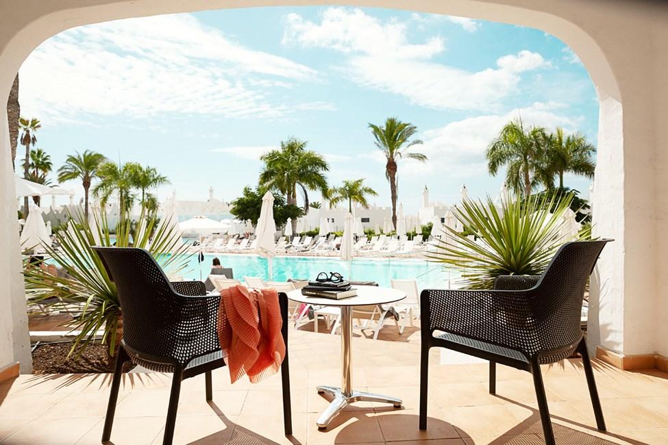 Junior Suite med terrass mot poolområdet